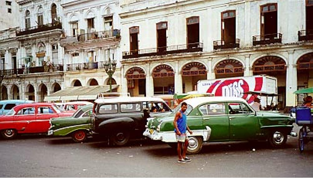 Vintage 1940s and 1950s American cars in Havana.