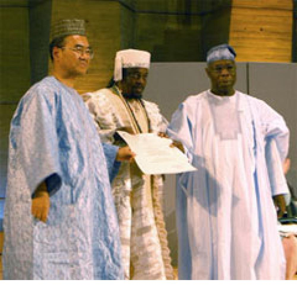 Twins Seven-Seven, receives the UNESCO Artist for Peace award from Koichiro Matsuura, the Director-Genral of UNESCO and Nigerian President Olusegun Obasanjo in May 2005.