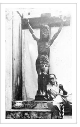 André V. Dimanche au pied de son Crucifix, courtoisie de Marie Michelle Dimanche - See more at: http://www.lenouvelliste.com/article/170610/la-sculpture-en-haiti-au-xxe-siecle-andre-v-dimanche-sculpteur-intuitif#sthash.2CWGgKV5.dpuf