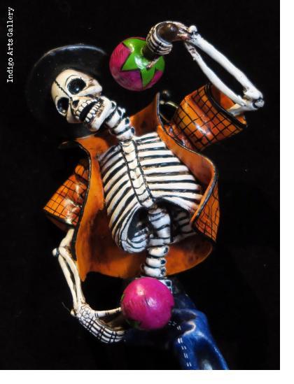Calavera con maracas - retablo figure